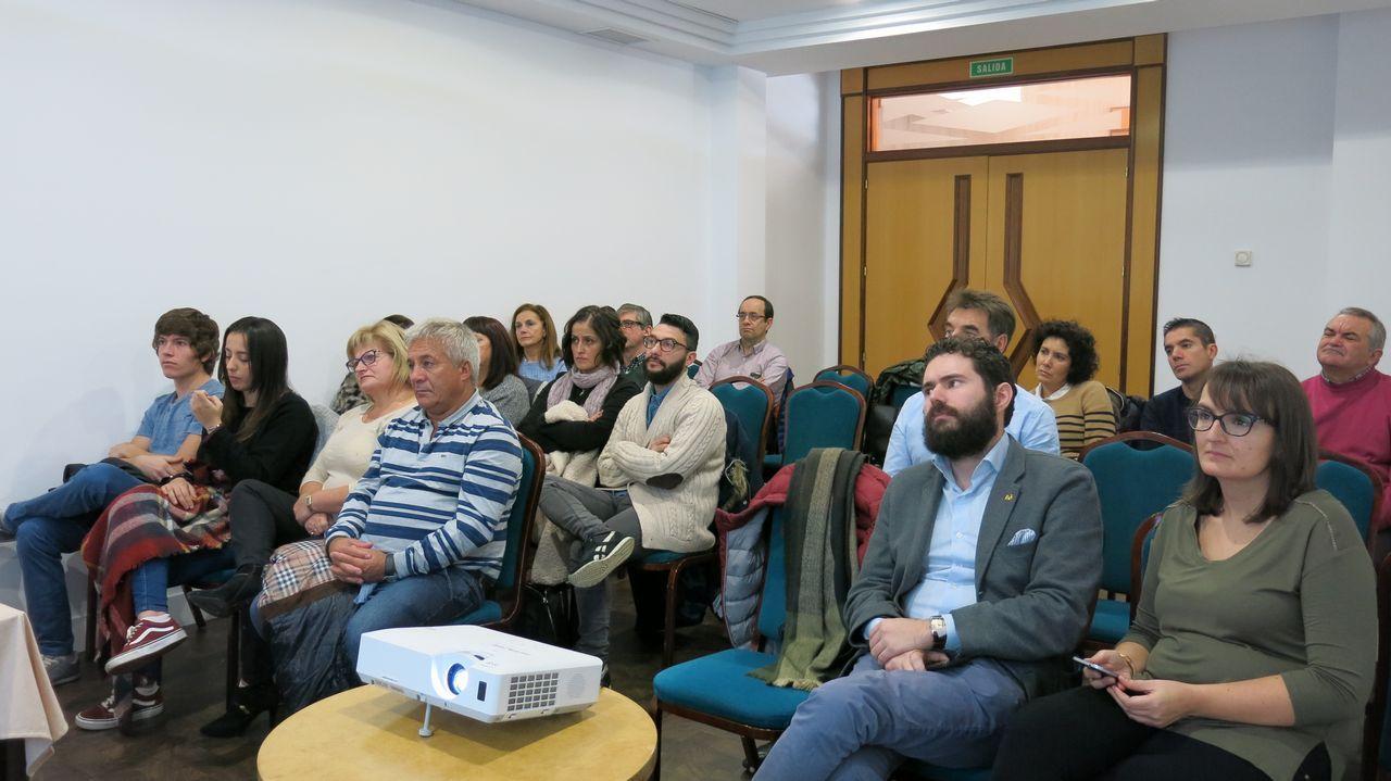Manuel, a la izquierda de la imagen, durante una reunión de la Asociación Gallega de Hemofílicos