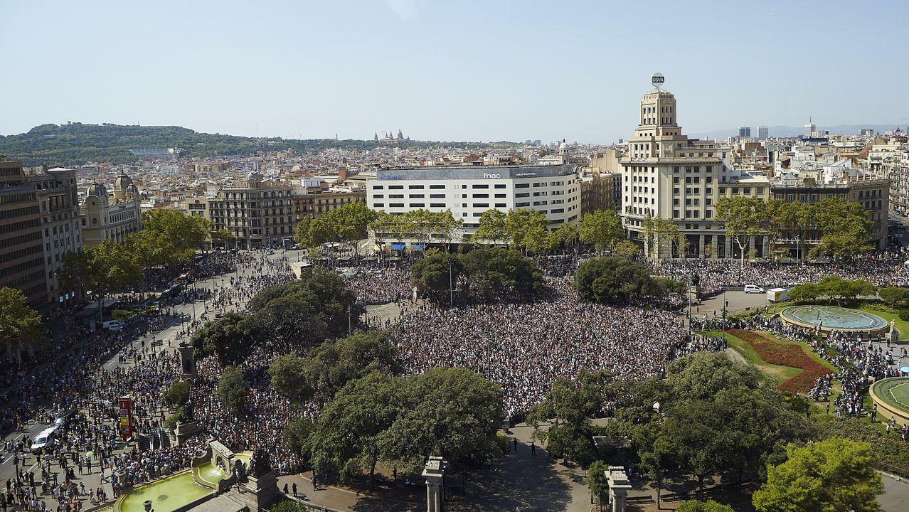.Vista sobre la plaza de Cataluña durante el minuto de silencio por los atentados de Barcelona y Cambrils