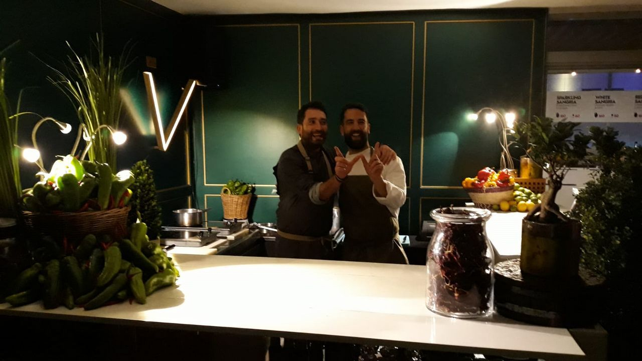Ferrán Adriá dialoga con cocineros gallegos.Los chefs gallegos Dani López y Álvaro Fuentes, el jueves antes de comenzar su primer servicio en Doha