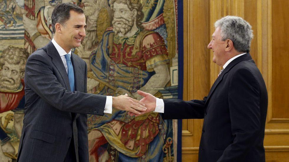 El rey Felipe VI con el representante de Nueva Canarias, Pedro Quevedo.