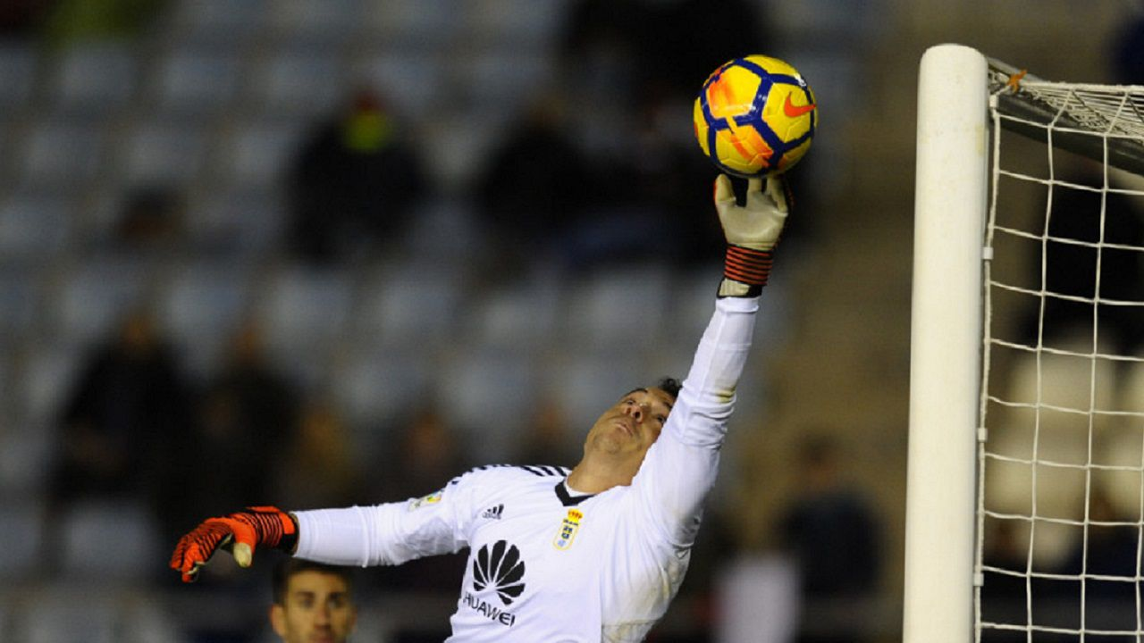 Alfonso Herrero Lorca Real Oviedo Horizontal.Alfonso Herrero interviene para evitar un gol del Lorca