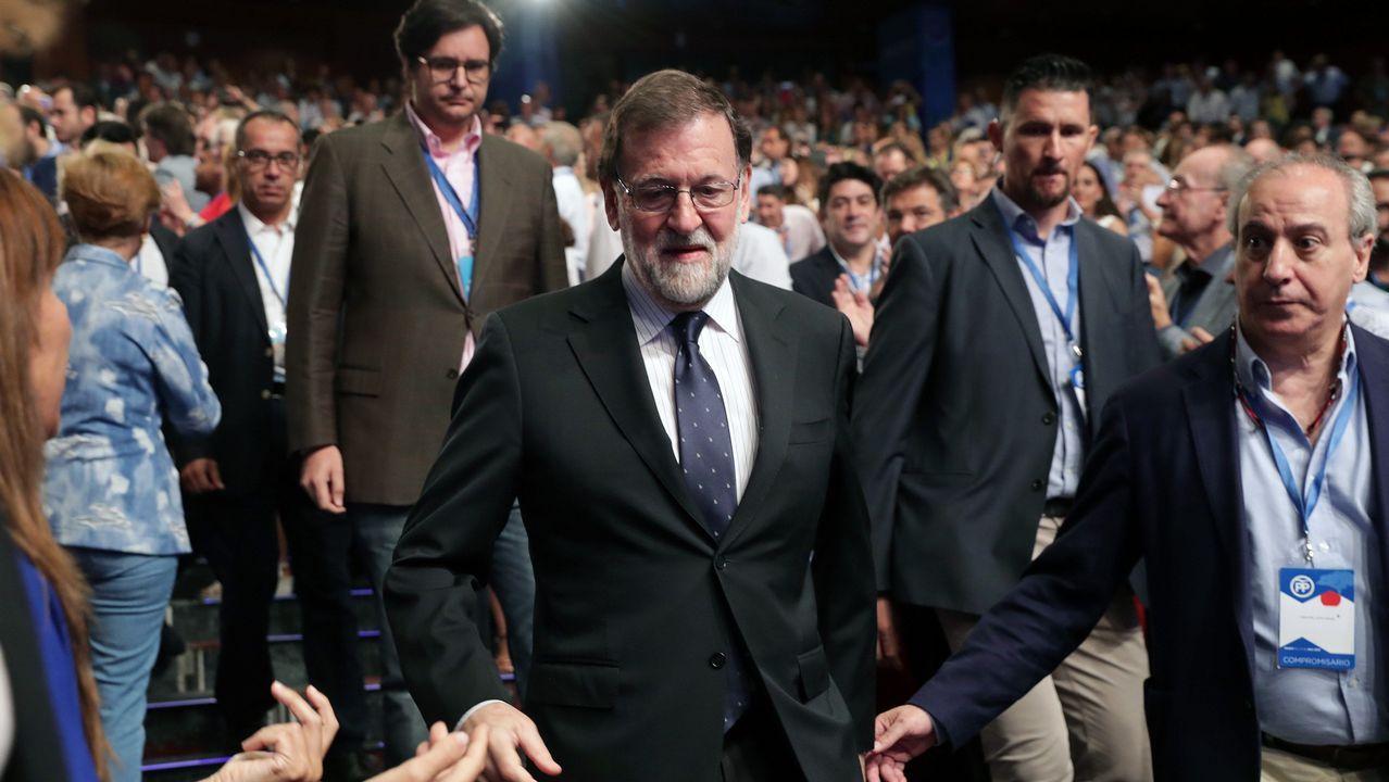 Pío García Escudero saluda a Soraya Sáenz de Santamaría.