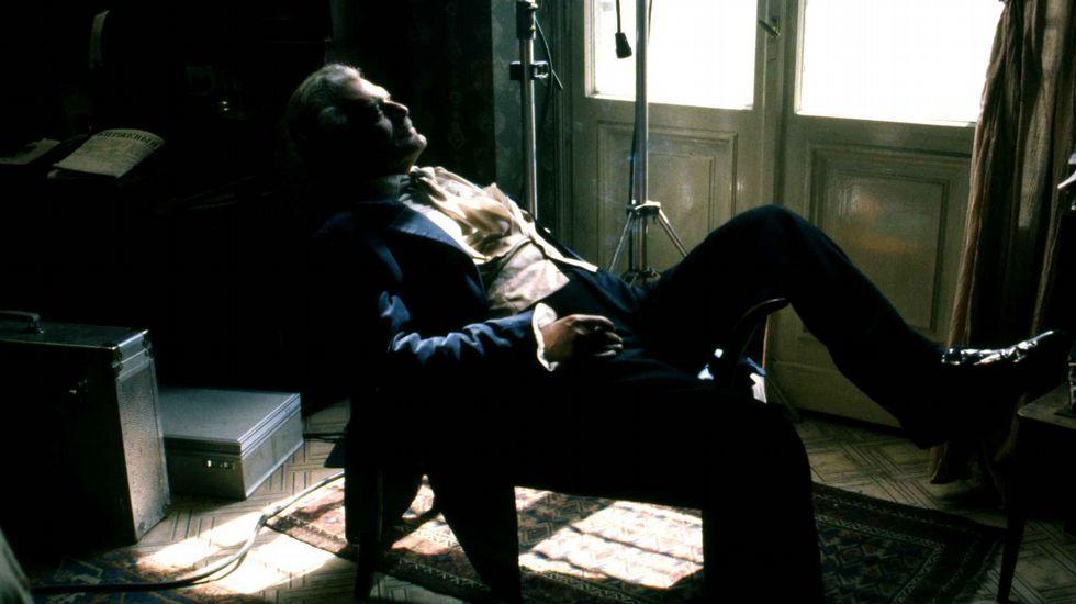 .Detenido en 1849 acusado de integrar un grupo de izquierda contrario al zar Nicolás I, Dostoievski fue sometido a un simulacro de fusilamiento y condenado al destierro en Siberia. Cumplió pena en Omsk entre 1850 y 1854. Aún serviría en Semipalatinsk como soldado raso hasta 1859. Solo entonces recobró sus derechos y volvió a San Petersburgo. La experiencia lo cambió como persona y marcó como escritor. A la izquierda, Omar Sharif, caracterizado como Stepán Trofímovich, en un descanso del rodaje de «Los poseídos», adaptación de la novela de Dostoievski realizada en 1988 por Andrzej Wajda