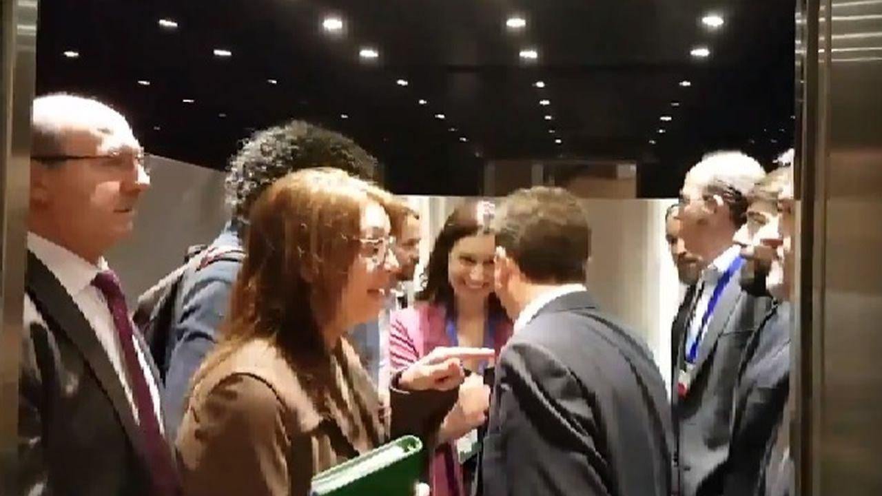 Pablo Iglesias, al fondo a la izquierda, frente a Santiago Abascal, a la derecha