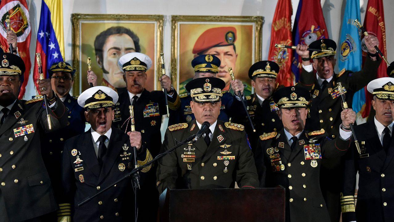 El ministro de Defensa, Vladimir Padrino, , acompañado de la cúpula militar, denunció un «golpe de Estado» en Venezuela.