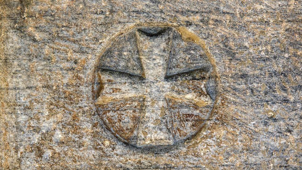 Una cruz labrada en la fachada de la iglesia parroquial