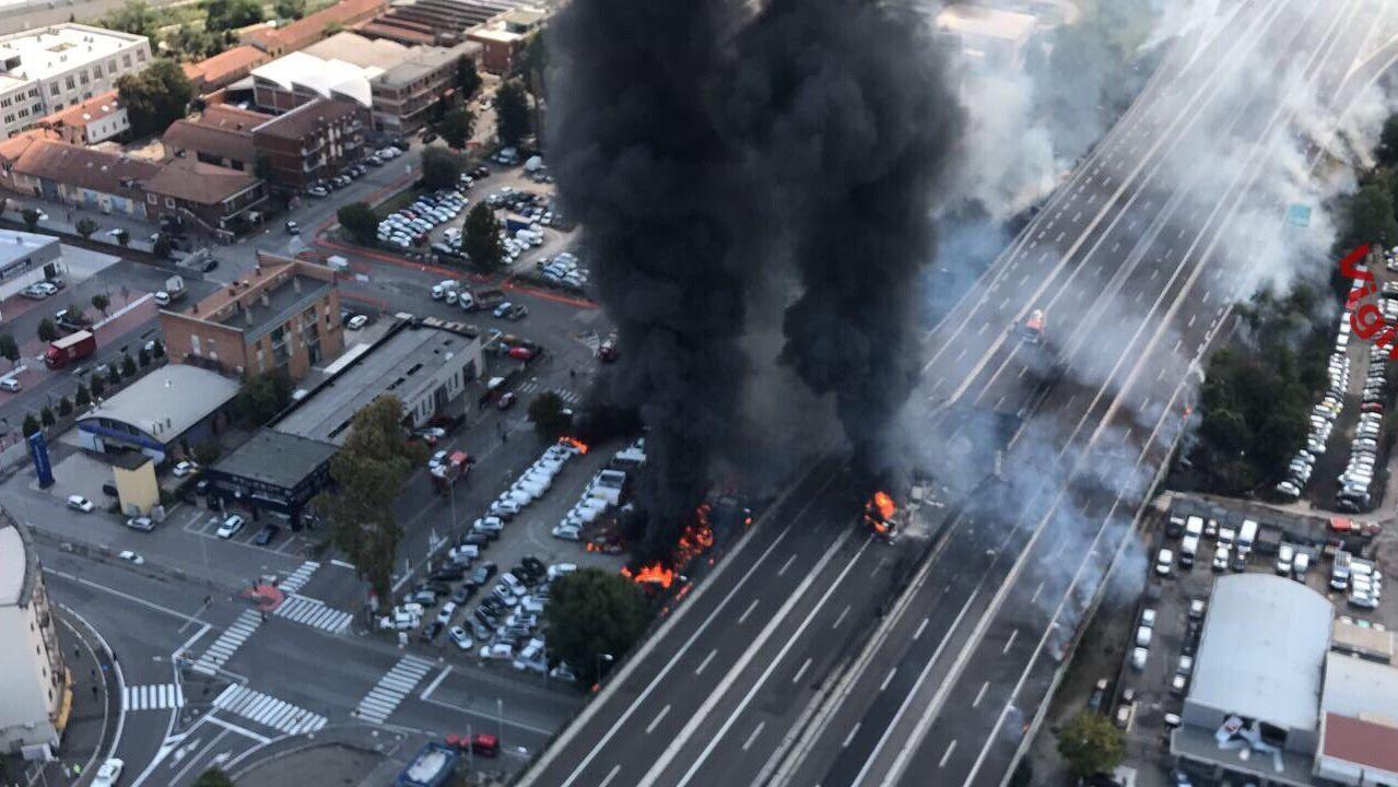 Así fue el choque y la explosión que provocaron un enorme boquete en una autopista italiana.
