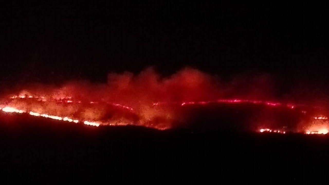 El fuego comenzó en la zona ya la noche del domingo con un incendio que afectó a superficie de monte en Carracedo y OBurgo, en Muras
