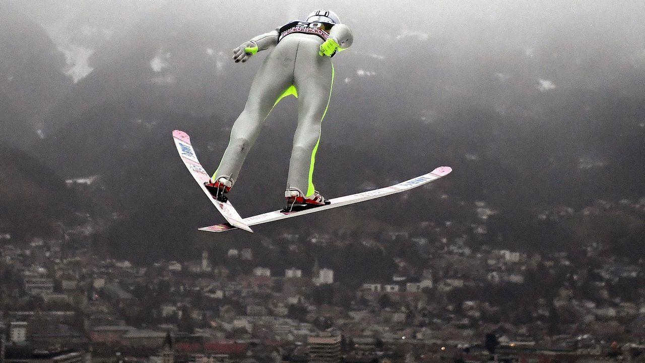 El noruego Anders Fannemel realiza un salto durante un entrenamiento en Innsbrick (Austria)