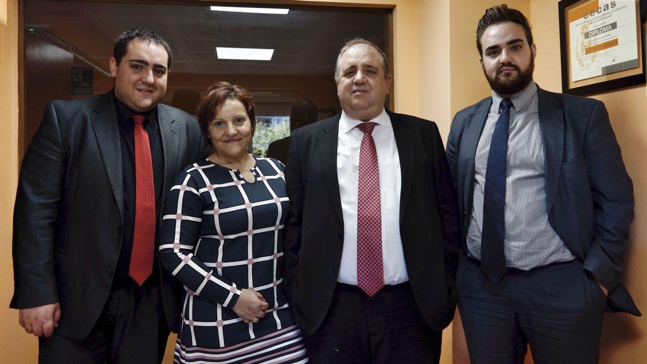 Gonzalo Caballero y Pachi Vázquez se saludan en el funeral de Miguel Cortizo