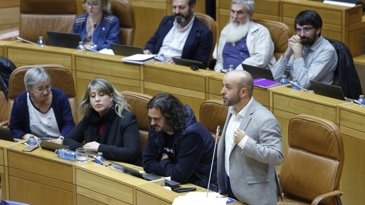 Médicos del Sergas llevan su protesta por la falta de personal a las puertas del Parlamento gallego.Pachi Vázquez