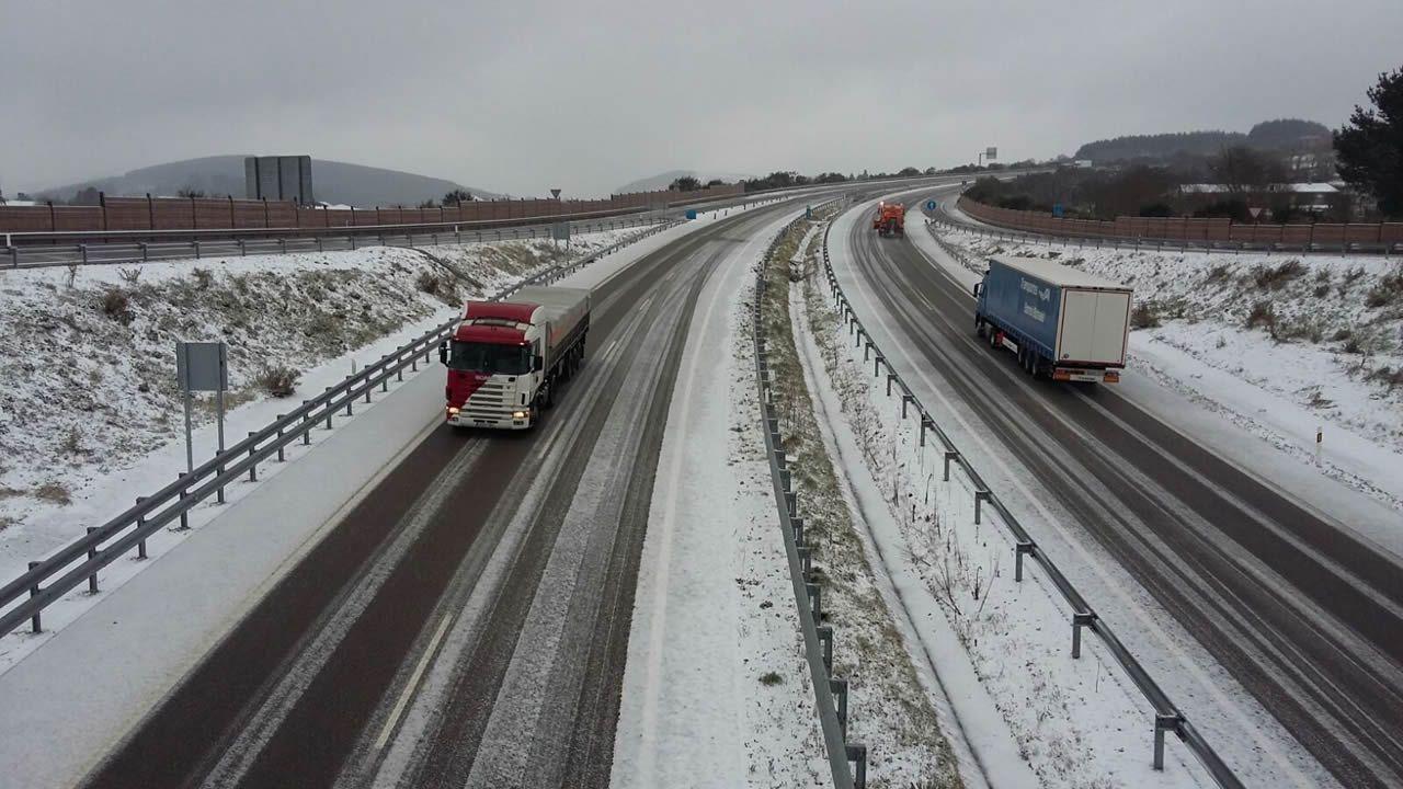 Butaneros de Trives abren las pistas llenas de nieve para hacer el reparto.Nieve en la A-8 en Abadín