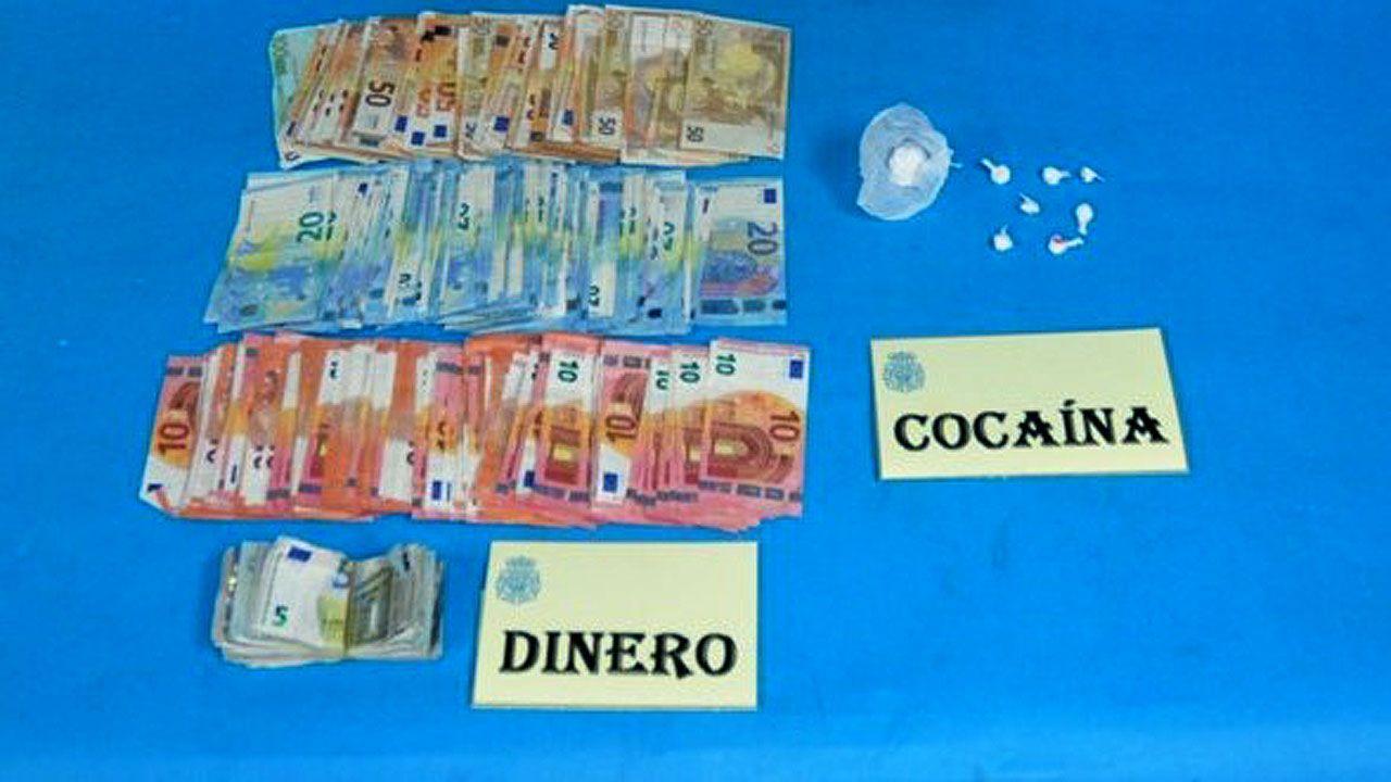 La cocaína y el dinero incautados a la detenida en Contrueces