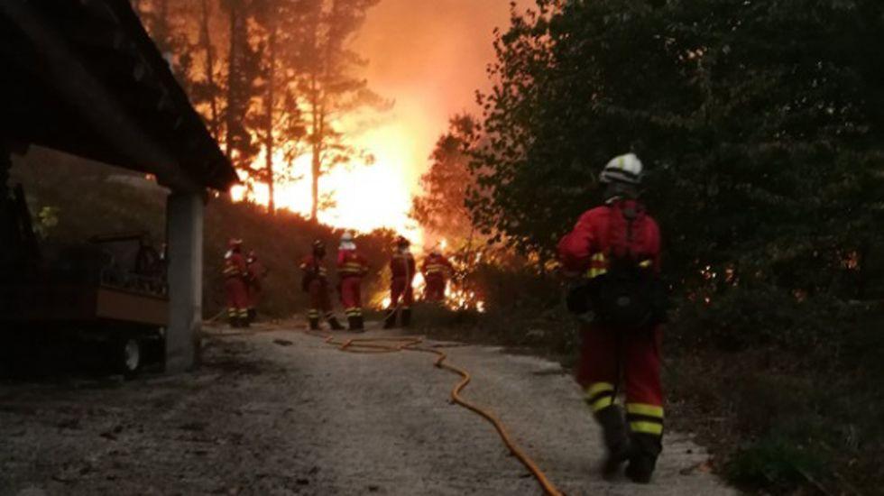 La UME lucha contra el fuego en Asturias y Galicia.Un bombero participa en las labores de extinción del incendio declarado en la Reserva de la Biosfera de Muniellos (Asturias), considerado como el robledal mayor y mejor conservado de España