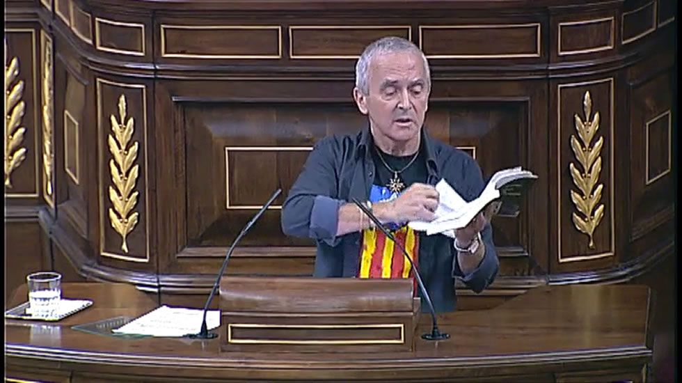 Un diputado de Amaiur rompe unas páginas de la Constitución en el Congreso.