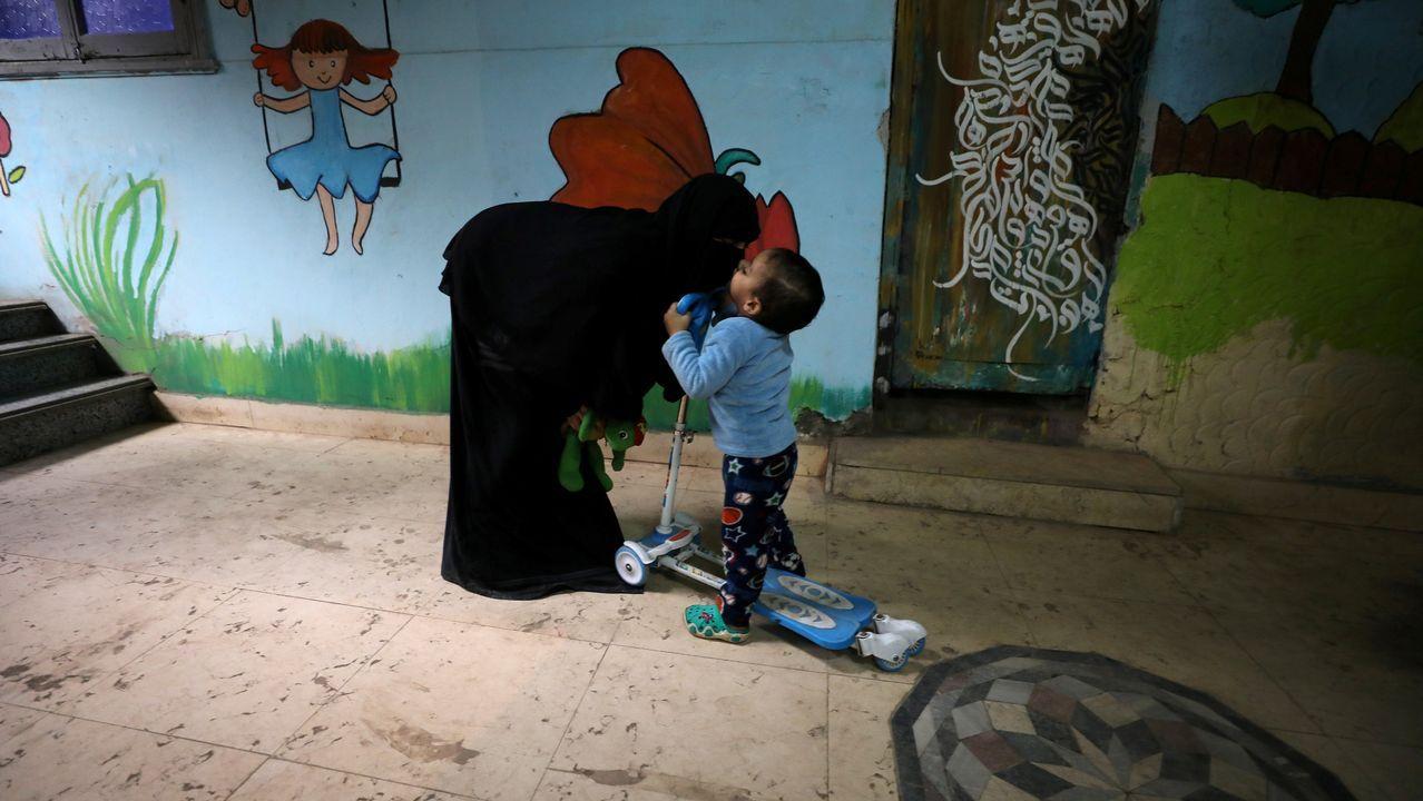 La pequeña Yehia, de dos años y que padece cáncer, besa a su madre en una vivienda gratuita de Zaza Ogaz pensada para pacientes con tratamiento en El Cairo.
