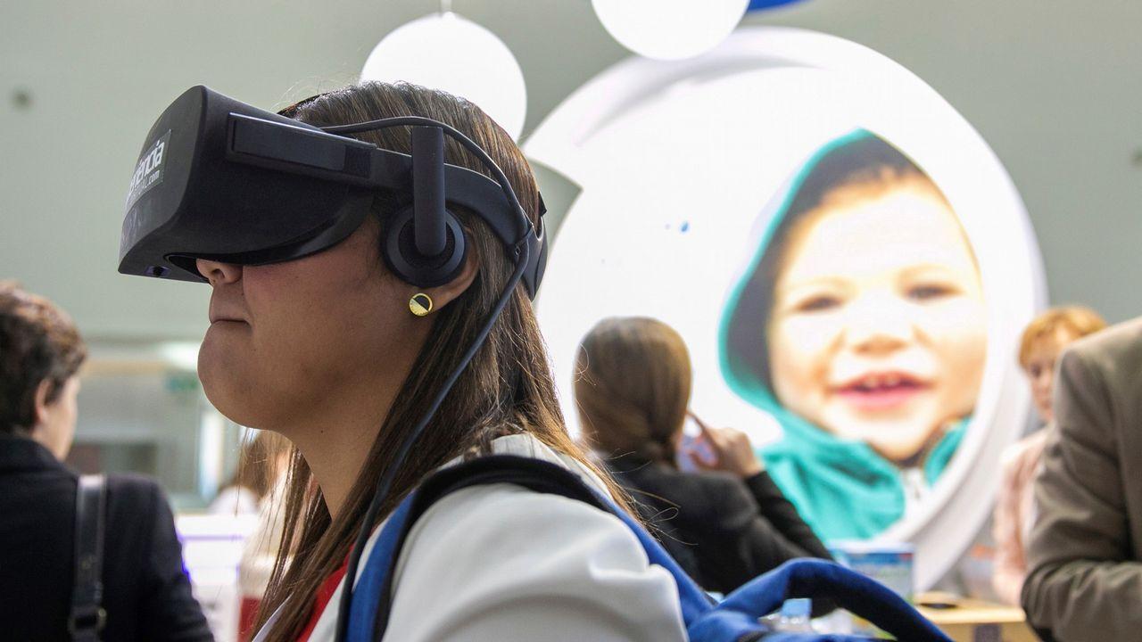 .Una congresita ve un vídeo de realidad virtual en un expositor durante el 66.º Congreso de la Asociación Española de Pediatría, en Zaragoza