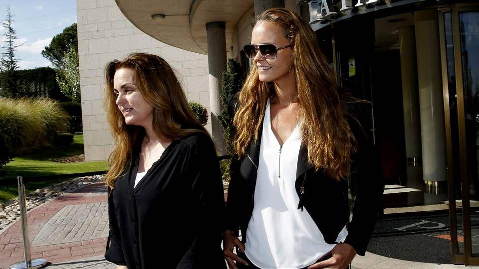 Familiares y amigos despidien a Antonio Morales.Carmen Morales junto a su hermana, Shaila Dúrcal.