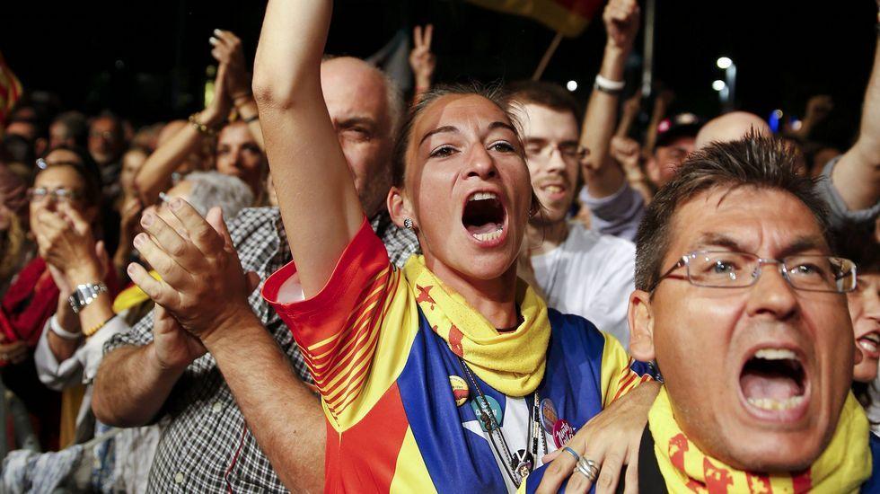 Vencedores y vencidos.El jugador del Barcelona Gerard Piqué, votando junto a su hijo Milan
