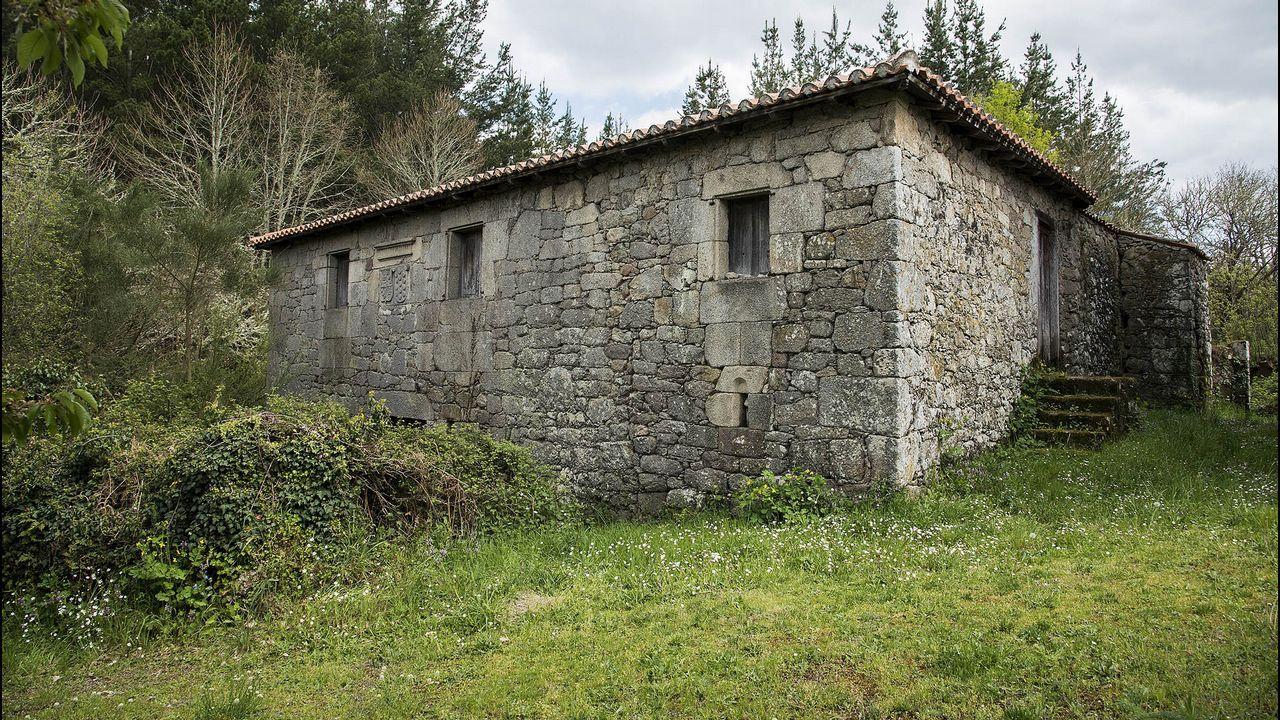 La antigua casa rectoral de Serode o Casa de San Xulián, de notable arquitectura, está actualmente abandonada