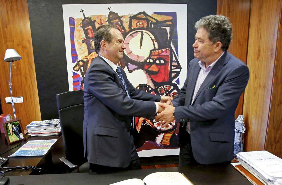 Abel Caballero y Lores se dieron ayer un apretón de manos durante la visita al Concello.