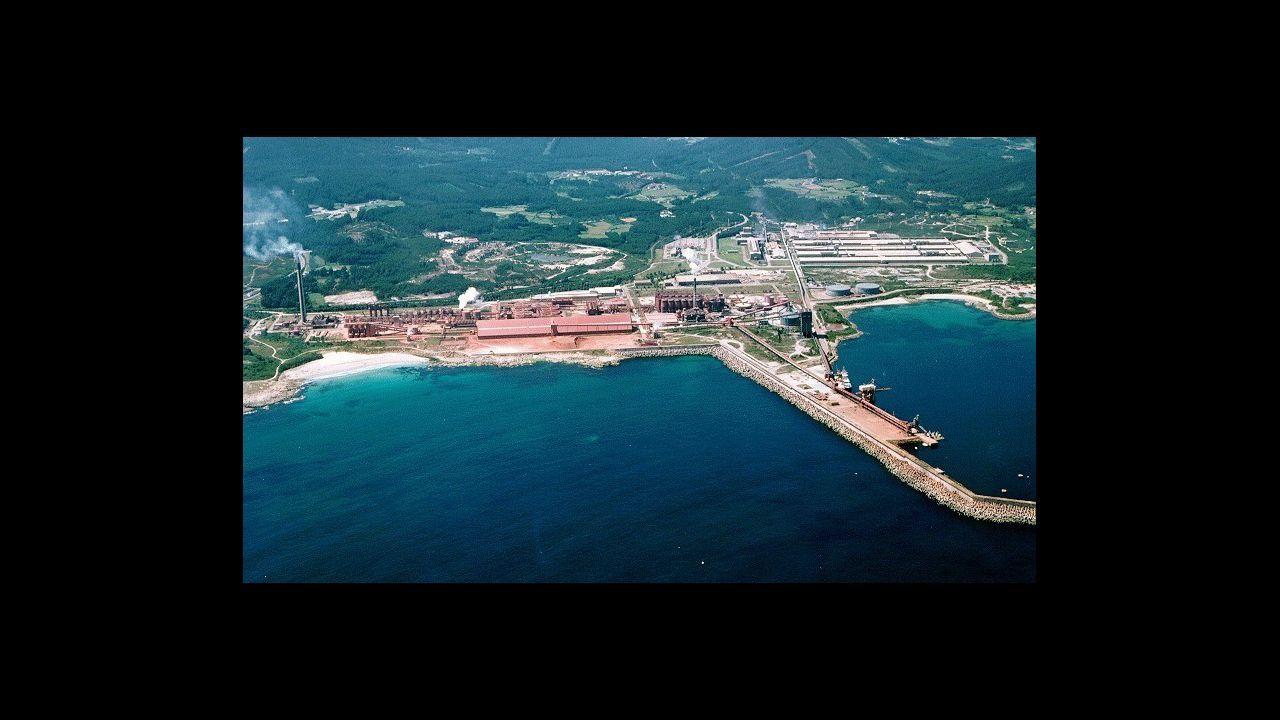 Movilización del naval de Ferrol en demanda de carga de trabajo.La ministra de Industria, Reyes Maroto, con el comité de empresa de Alcoa en A Coruña el pasado febrero en Galicia
