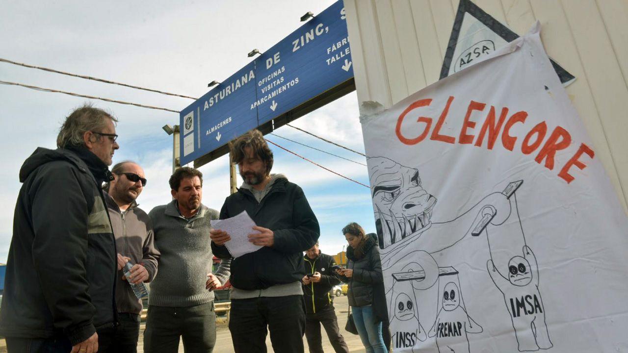 Los trabajadores de Alcoa alzan la voz en la Torre de Hércules.Rafael Mayoral con los trabajadores de AZSA