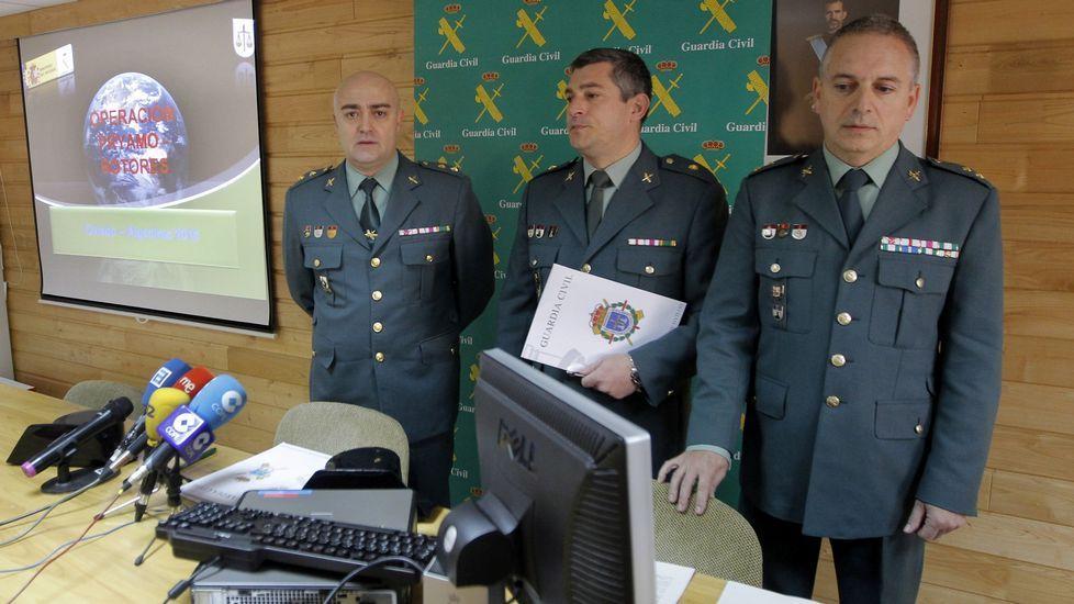 .El teniente coronel de la guardia civil Luis Germán Aviles Cabrera (i), junto al comandate jefe de operaciones, Alejandro Barrero (c), y el jefe de organización de la Policia Judicial, Victor Leiva (d)