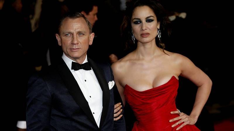 Estreno de la nueva entrega de James Bond en Londres.Boyd, sosteniendo, el pasado día 25 en Londres, un maletín con su nueva novela, «Solo».