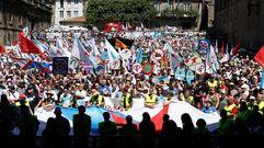 Miles de personas marchan en Santiago por «A Nación Galega»