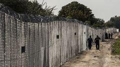 Una valla de 175 kilómetros de largo y 4 metros de alto impide pasar a Hungría