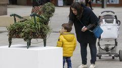Los escolares arousanos rinden homenaje a Joseph Beuys con una exposición en la calle Castelao