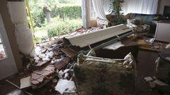 Intentan acabar con un nido de velutinas y destrozan la fachada de una vivienda en Bergondo