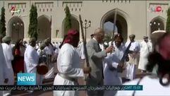 El príncipe Carlos participa en la danza de la espada durante su visita a Omán