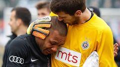 Everton Luiz se retira llorando de un partido tras recibir insultos racistas