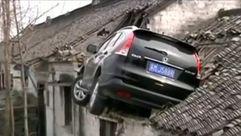 Una cámara graba como se empotra un coche contra un tejado en China