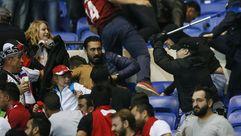 Batalla campal entre ultras franceses y turcos dentro del estadio del Olympique de Lyon