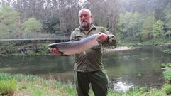 Un campanu madrugador de casi 6 kilos, pescado en el río Eo