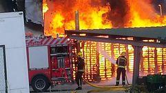 Impactantes llamas en el incendio de una nave en Foz