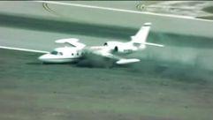 El aterrizaje al límite de un avión que pierde una rueda al posarse