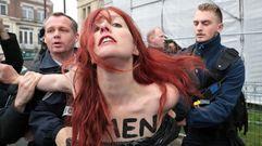 Femen protesta cerca delcolegio electoral donde vota Marine Le Pen