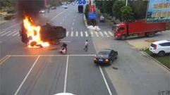 Impresionante choque de un motorista contra un camión en China