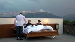 Una habitación de hotel sin paredes en la montaña suiza