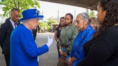 La reina Isabel II visita a las víctimas de la torre Grenfell