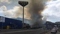 Incendio en las inmediaciones del centro comercial Marineda City