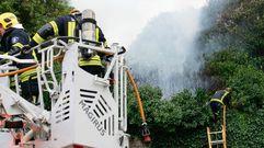 Incendio en una finca con gran cantidad de maleza en el Carril das Encrucilladas
