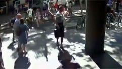 Una cámara de seguridad graba el paso de la furgoneta en el atentado de Barcelona