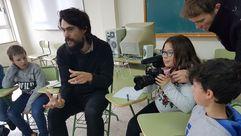 El director Oliver Laxe impartiendo un taller de cine a los niños de Cervantes