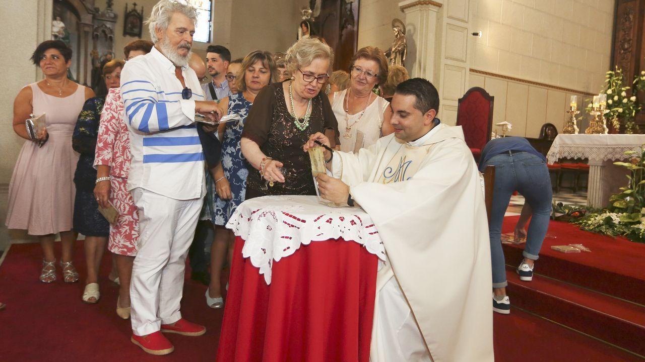 El párroco Juan Ventura presenta su disco y firma autógrafos en Vilanova.