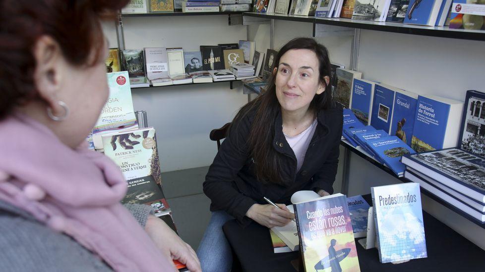 Eva Loureiro firmando ejemplares de su obra ayer en la Feria del Libro